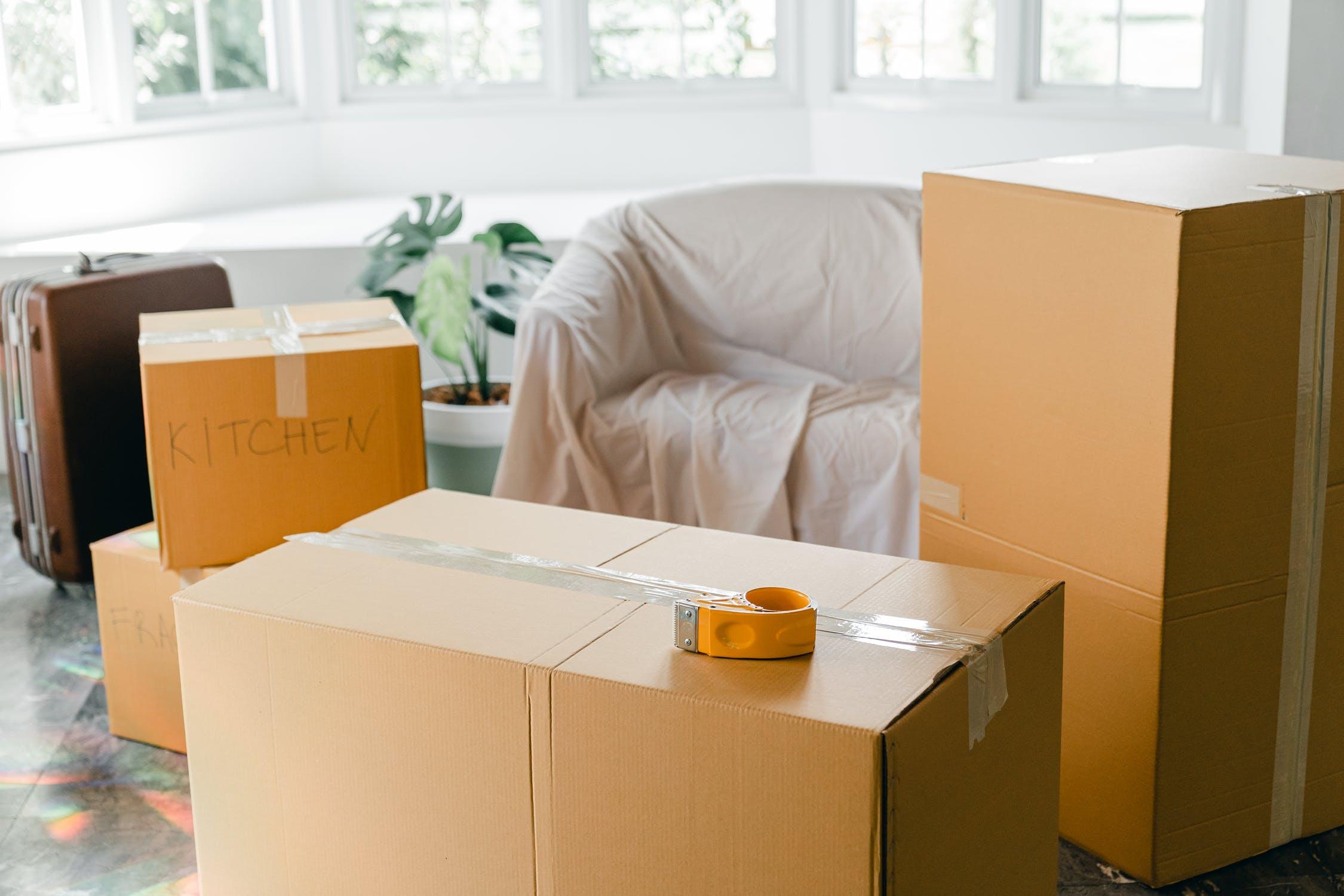 Cómo escoger cajas de mudanza para objetos frágiles